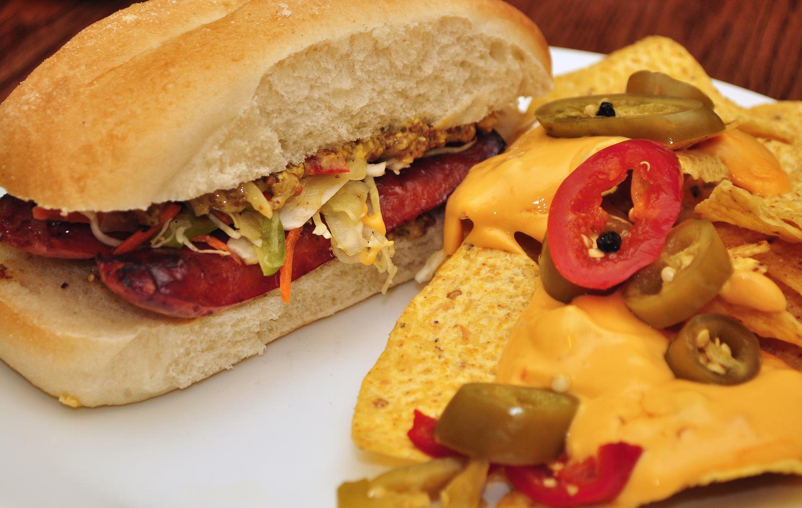 Sausage_sandwich_with_nachos
