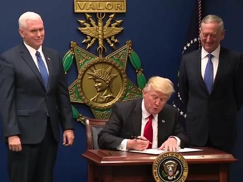 Trump_signing_order_January_27