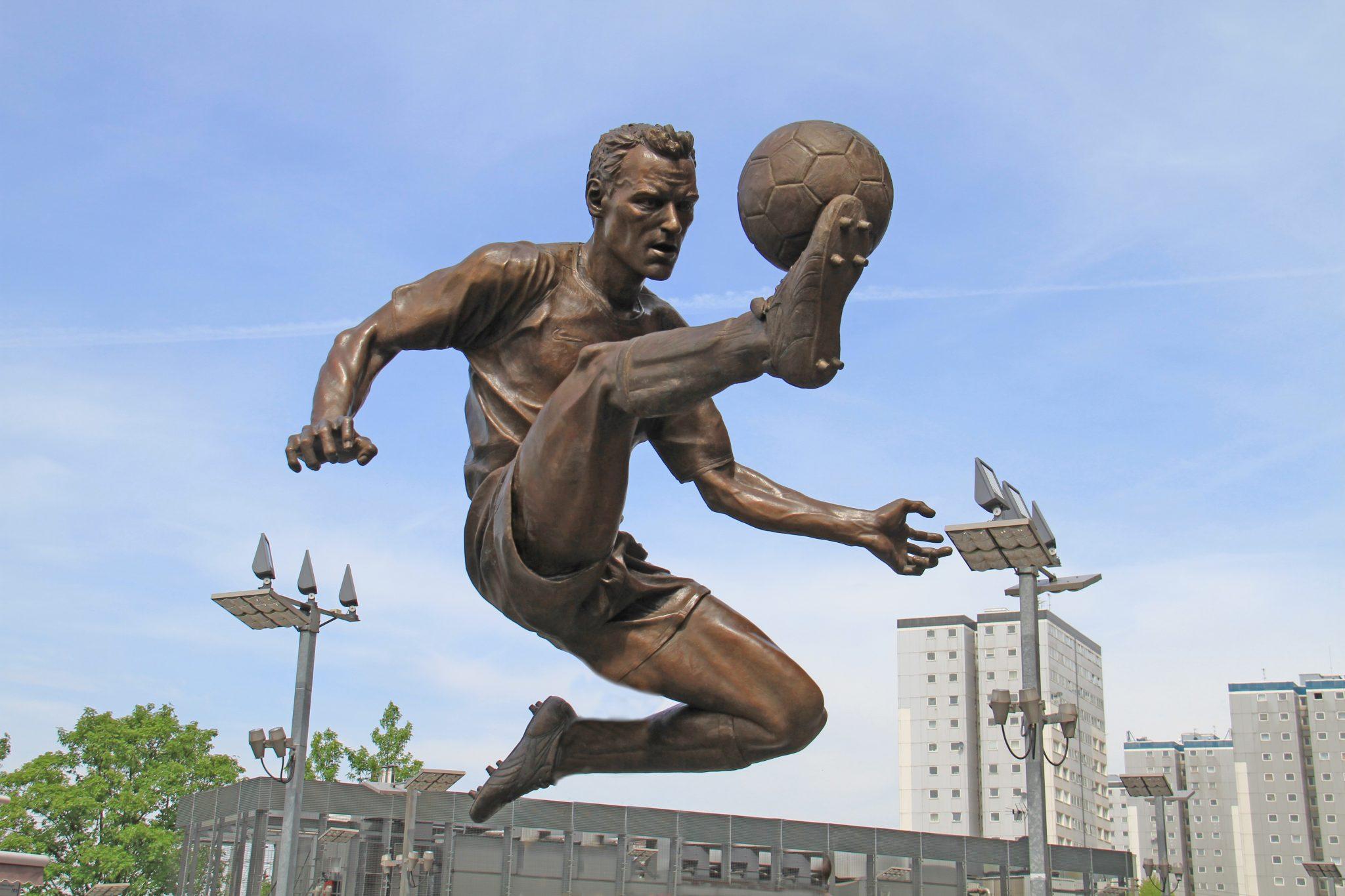 Dennis_Bergkamp_statue_2.jpg